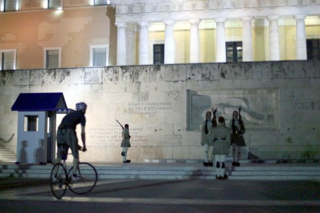Hibai en bici, en parlamennto griego